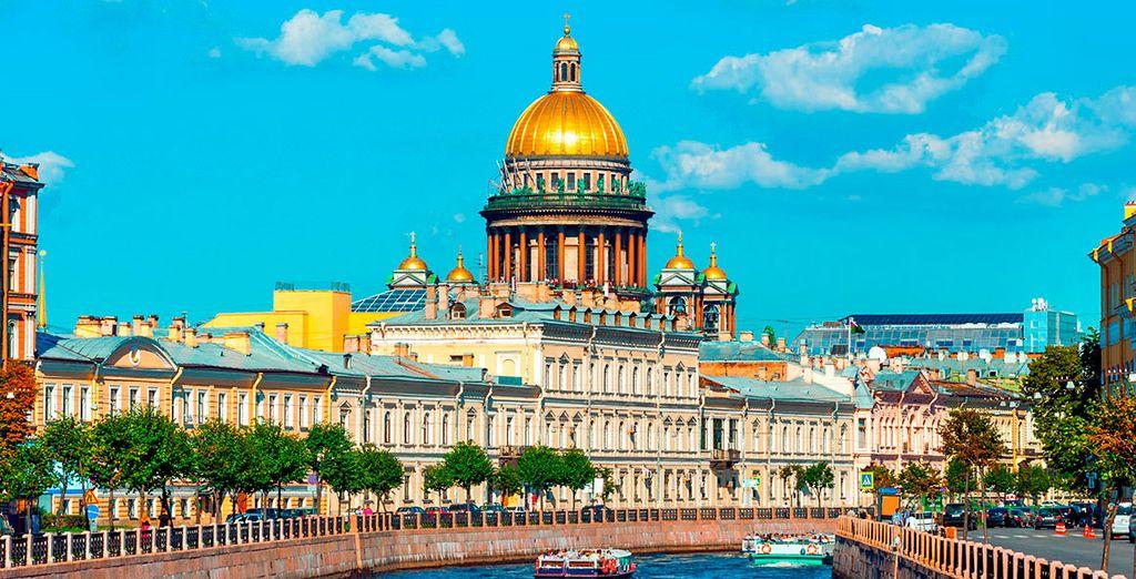 Tras un trayecto en tren, llegarás a la bella ciudad de San Petersburgo
