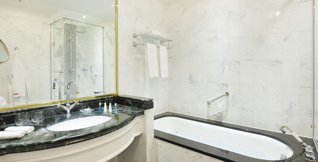 Et vous rafraîchir dans sa superbe salle de bains en marbre
