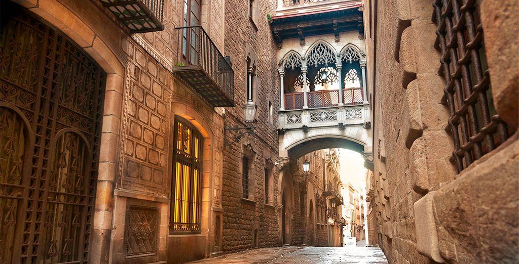 Photographie d'une ruelle de la ville de Barcelone au coeur du quartier gothique