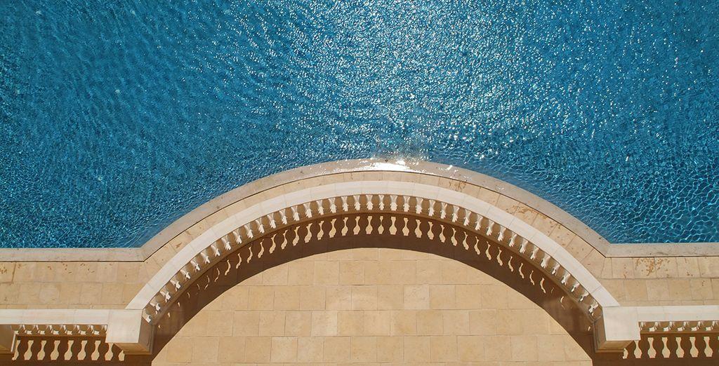 Une piscine rafraichissante pour fuir la chaleur, aux pieds de l'hôtel...
