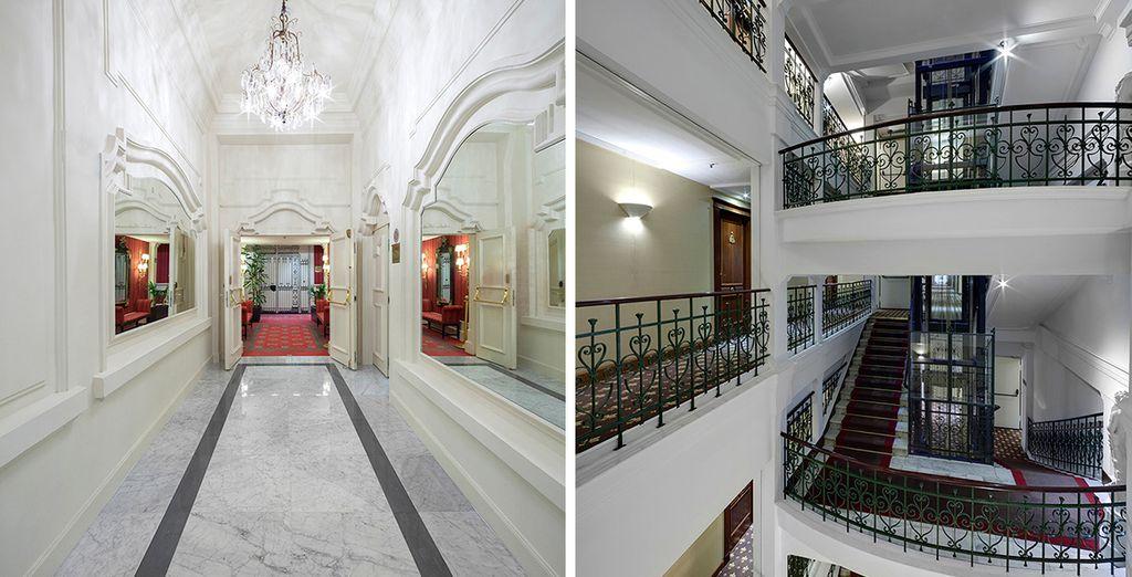 avec des couloirs et des escaliers luxueux