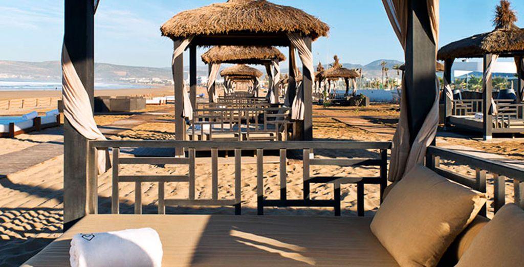 Détendez-vous, confortablement installé dans un transat sur la plage...