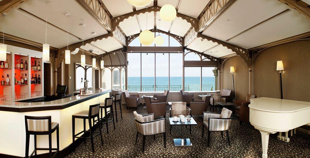 Hôtel cinq étoiles avec restaurant et bar offrant une vue sur la manche