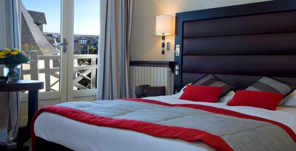 Chambre double haut de gamme dans un hôtel 5 étoiles à Saint Malo, en France avec vue sur les toîts