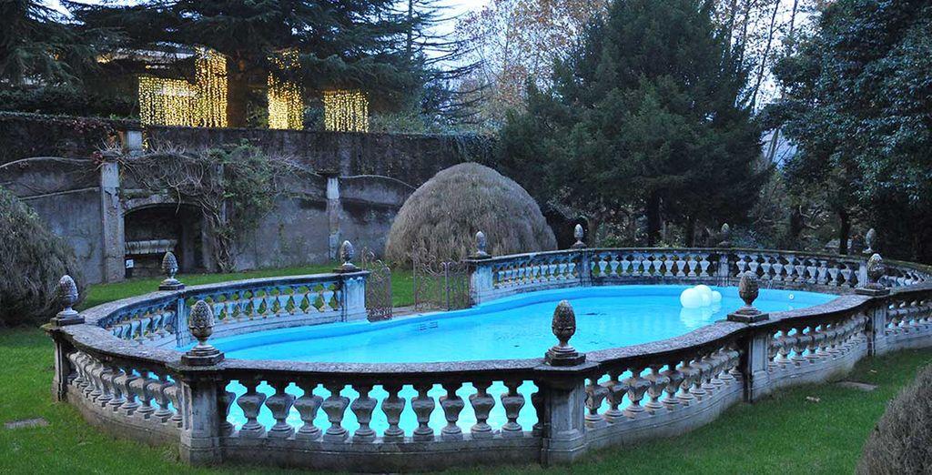 Ou délassez-vous au bord de la piscine, avec son décor pittoresque