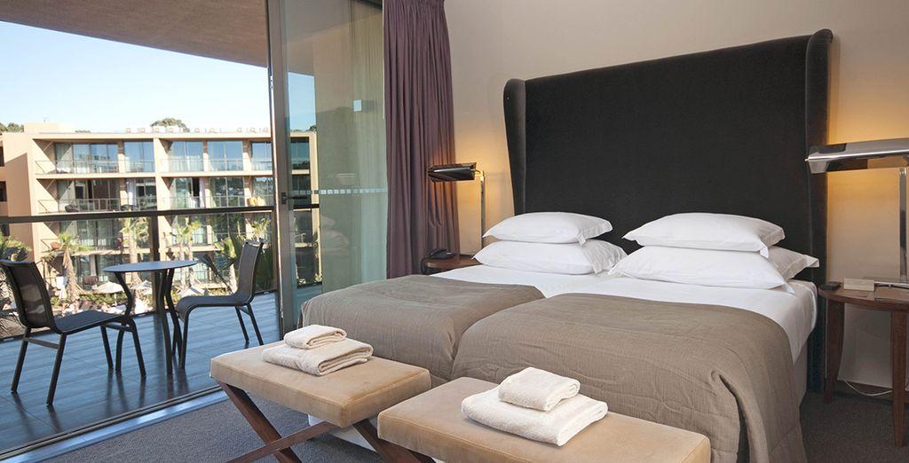 Vous serez confortablement installé dans votre Suite avec un grand balcon...