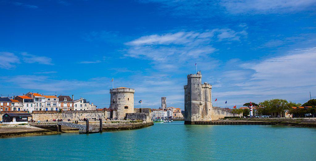 Photographie de la ville côtière La Rochelle, la Tour de la Chaîne et la Tour Saint-Nicolas