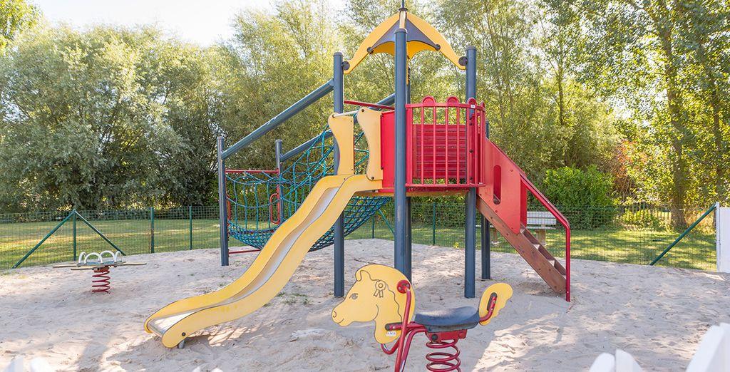 et son aire de jeux pour les enfants.