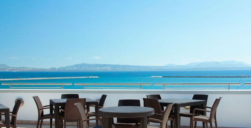 De retour à l'hôtel, installez-vous à la terrasse du Lounge bar, perché sur le toit !