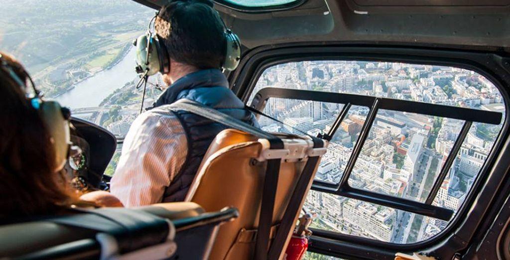 Ou bien offrez-vous un baptême en hélicoptère et survolez les toits de la ville