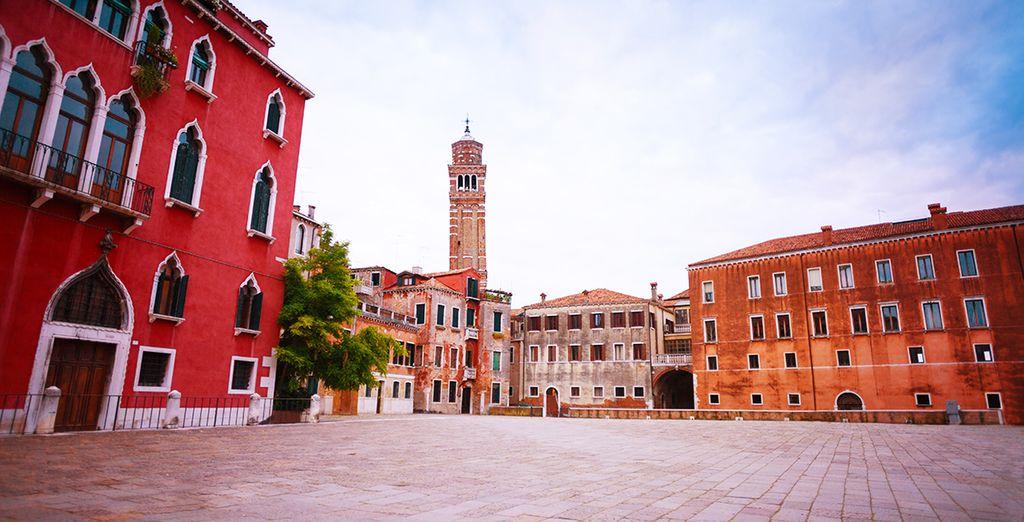 Puis découvrez les charmes de Venise, de ses places,