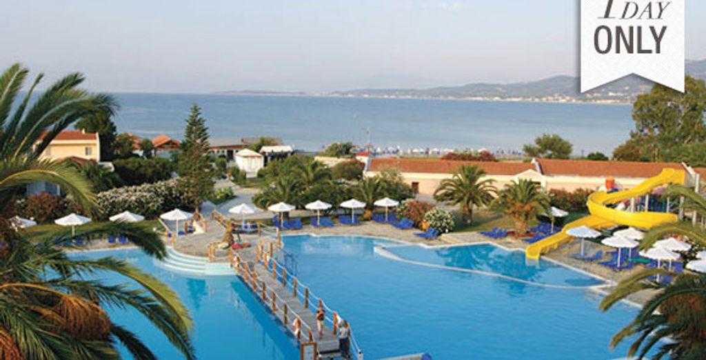 L'hôtel situé face à la mer - Mitsis Roda Beach Resort & Spa ***** Corfou