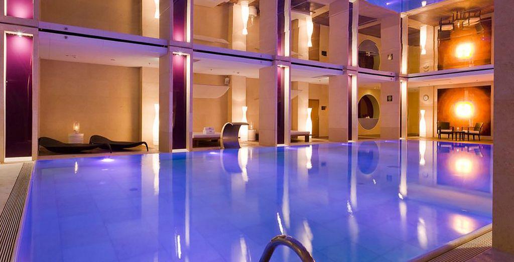 Vous aurez probablement envie de plonger dans la sublime piscine intérieure...