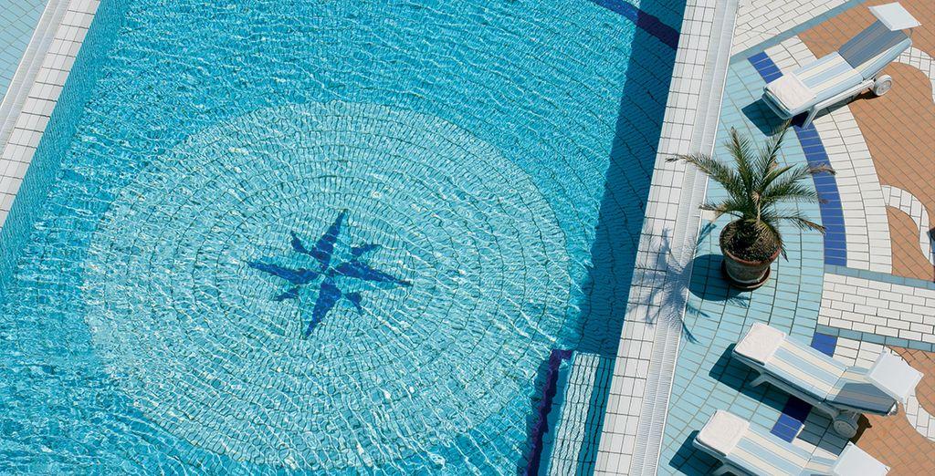 La belle piscine de l'hôtel vous tend les bras...