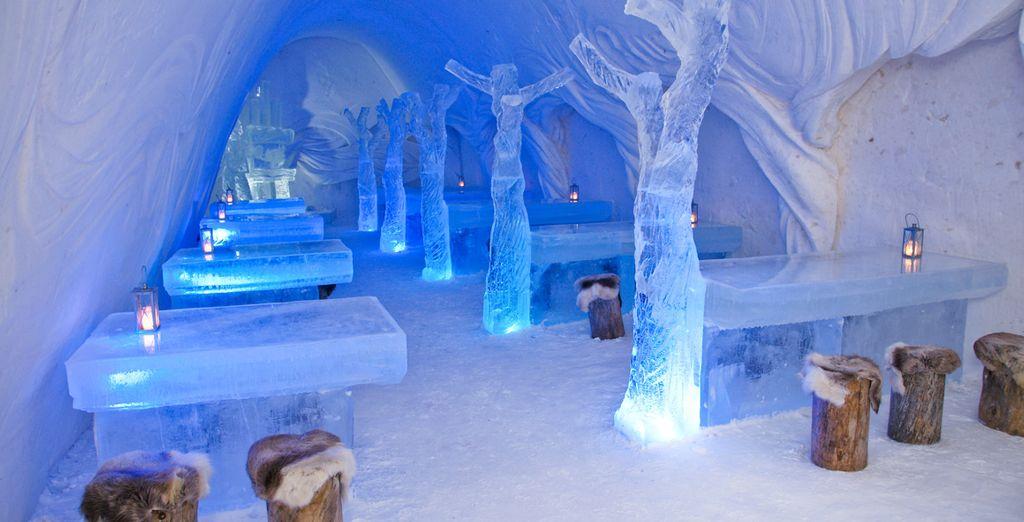 Dinez à l'intérieur du restaurant tout en glace