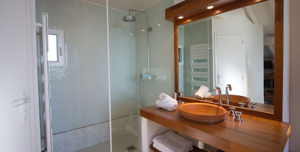 La salle de bains design et spacieuse