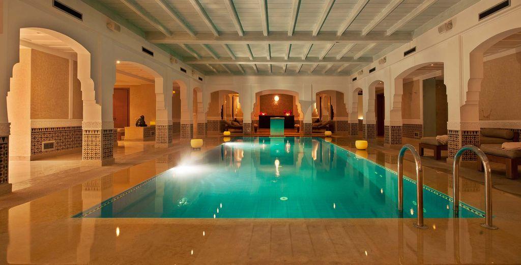 Délassez-vous dans la grande piscine intérieure...