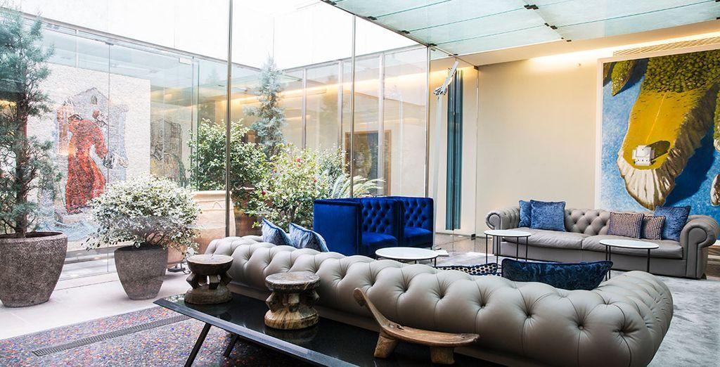 Dans un décor moderne et cosy