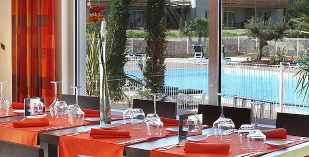 Restaurant gastronomique, vue piscine
