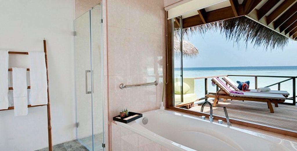 Avec salle de bains donnant sur le lagon