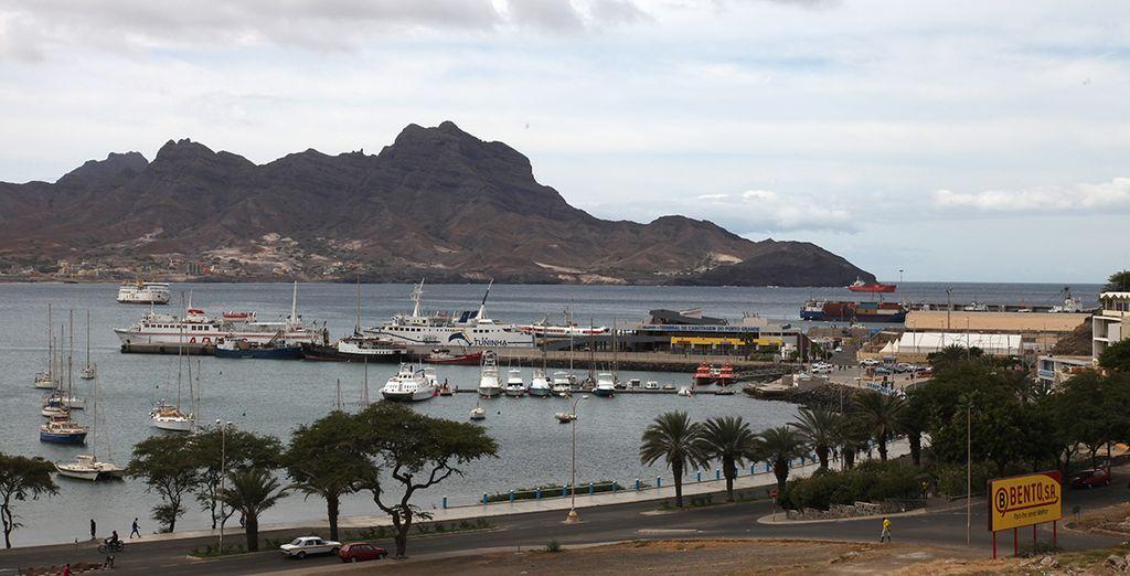 Avec une vue splendide sur la baie depuis l'hôtel