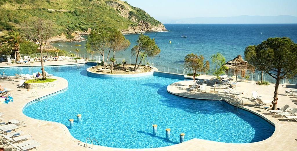 Vous aimerez la grande piscine extérieure de l'hôtel à deux pas de la plage