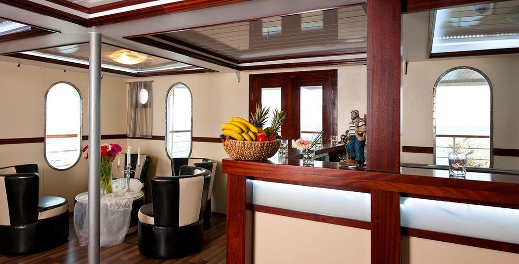 D'ailleurs, il est l'heure de rentrer pour prendre l'apéritif au bar du yacht