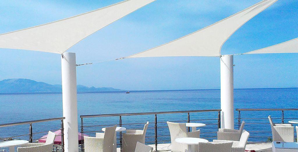 Et de déjeuners ensoleillés face à une mer d'un bleu azur...