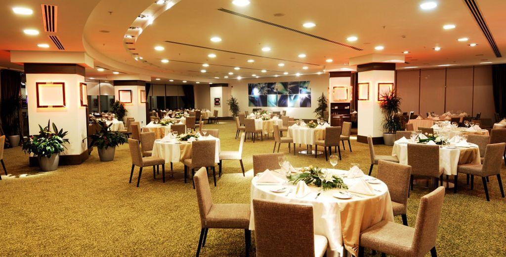 Venez déguster les spécialités locales et internationales servies au Fontana restaurant....