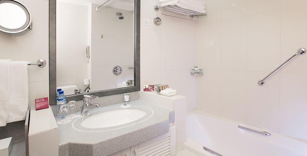 Avec une salle de bains élégante et lumineuse