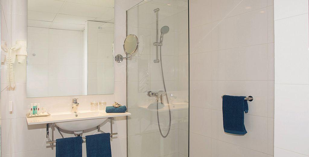 Avec sa salle de bains équipée pour des instants de relaxation...