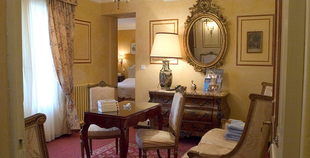 Installé dans le décor provençal & cossu de la Junior Suite