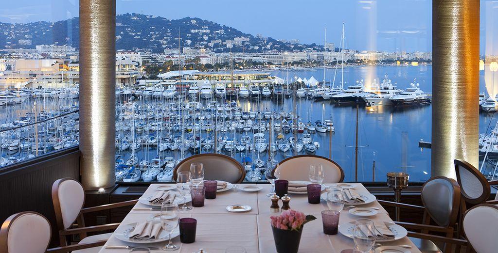 Face au Palais des Festivals, pendant le Festival de Cannes...