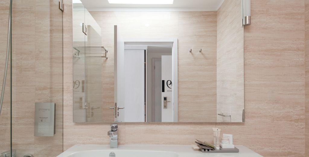 Avec une salle de bain design...