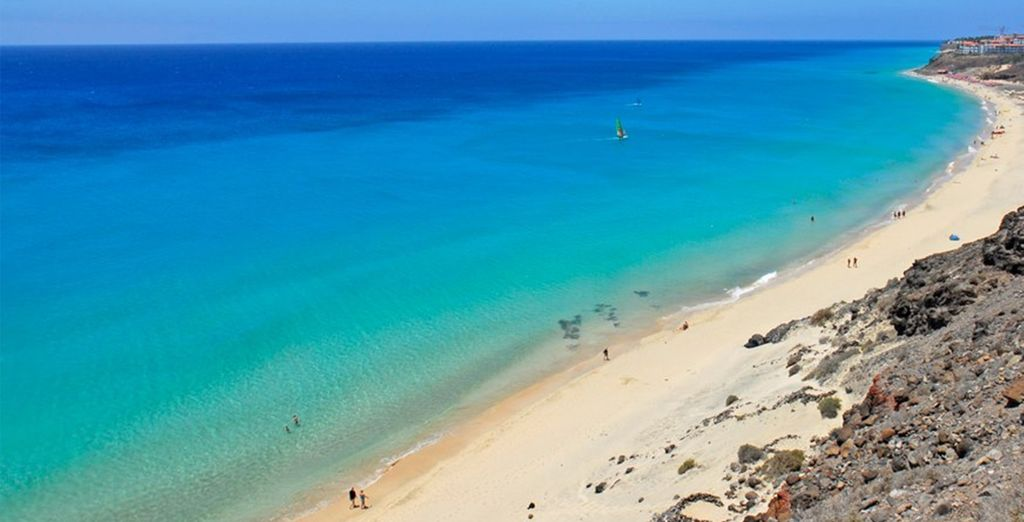 Découvrez la plage de sable blanc à proximité de l'hôtel