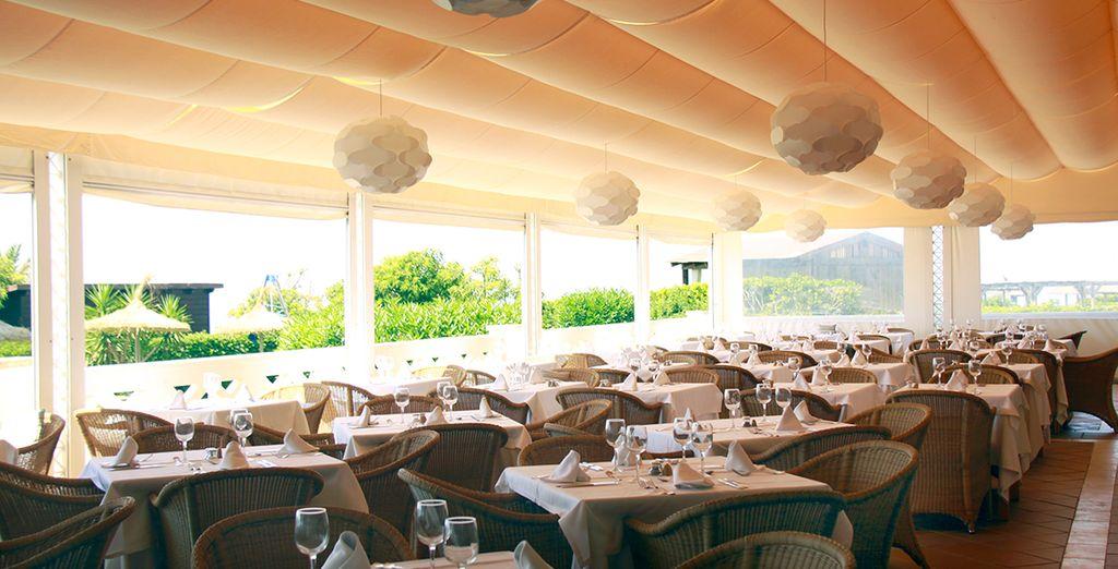 Et savourez des spécialités locales et internationales dans l'un des restaurants
