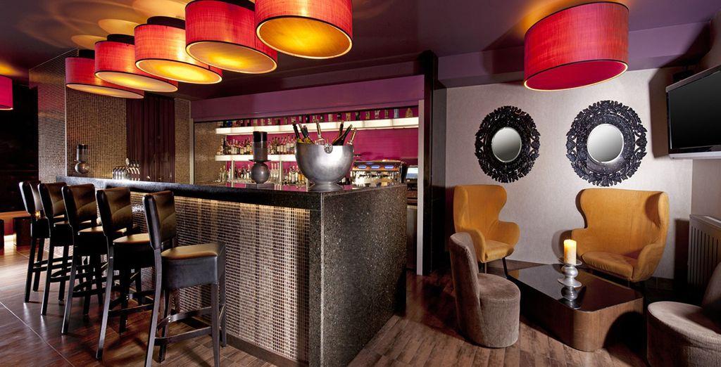 Retrouvez-vous au bar de l'hôtel à l'atmosphère chaleureuse...