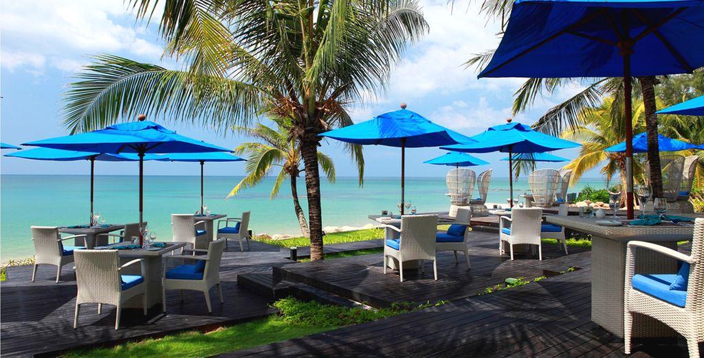 Ou vers la terrasse du restaurant sur la plage