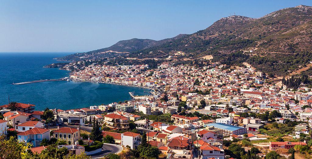 A moins de 500 mètres, tombez sous le charme de Vathy, la capitale de l'île et sa baie splendide