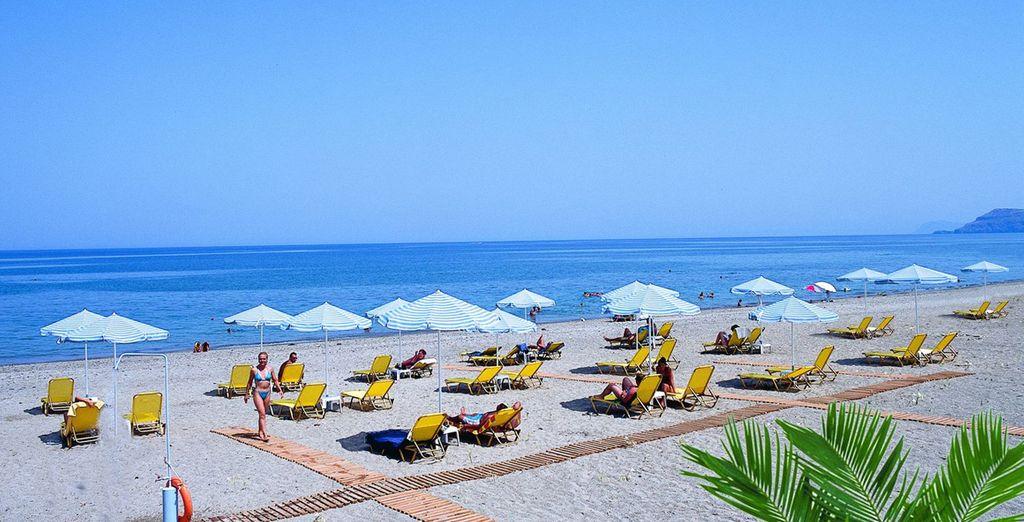 Sur la longue plage privée de l'établissement...