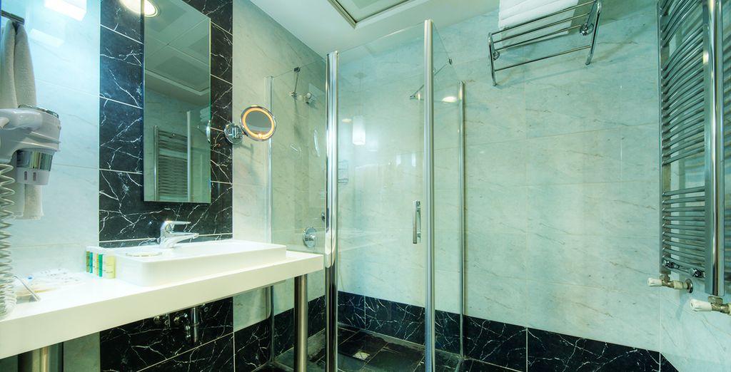 Faites un tour par la salle de bains...