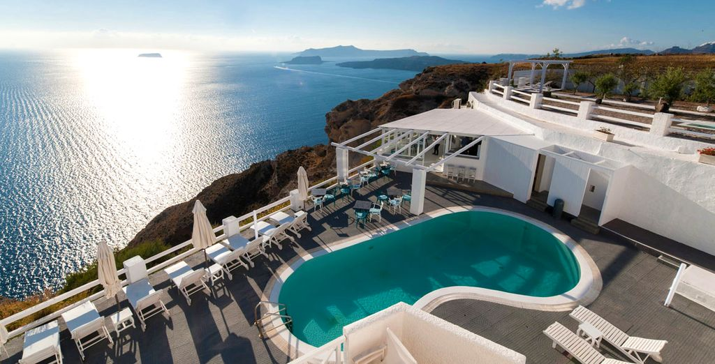 Découvrez une vue panoramique sur la mer Égée...