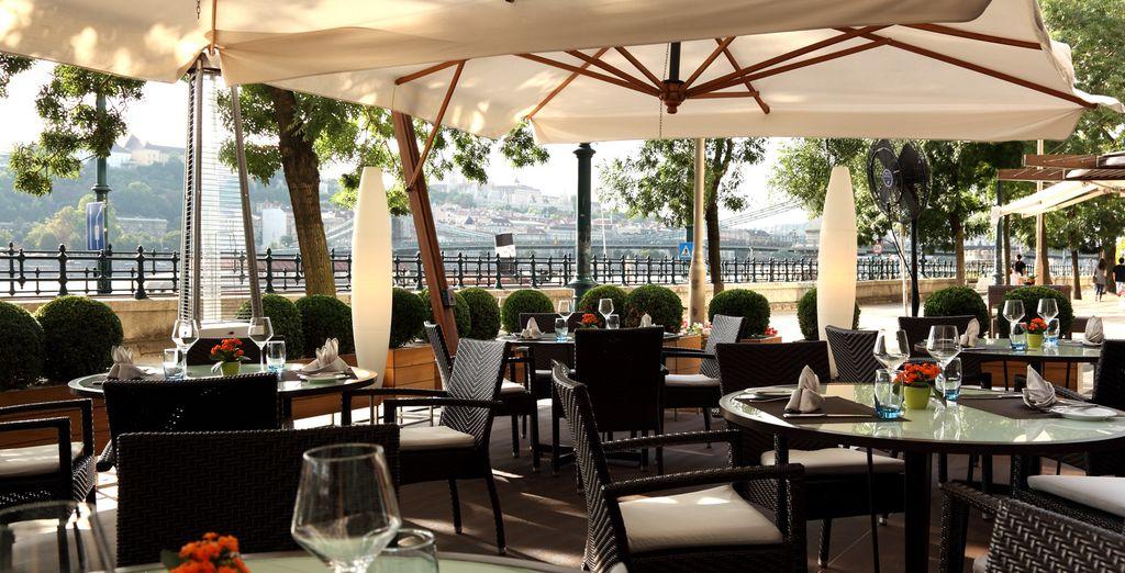 Craquez pour une pause gourmande sur la terrasse...