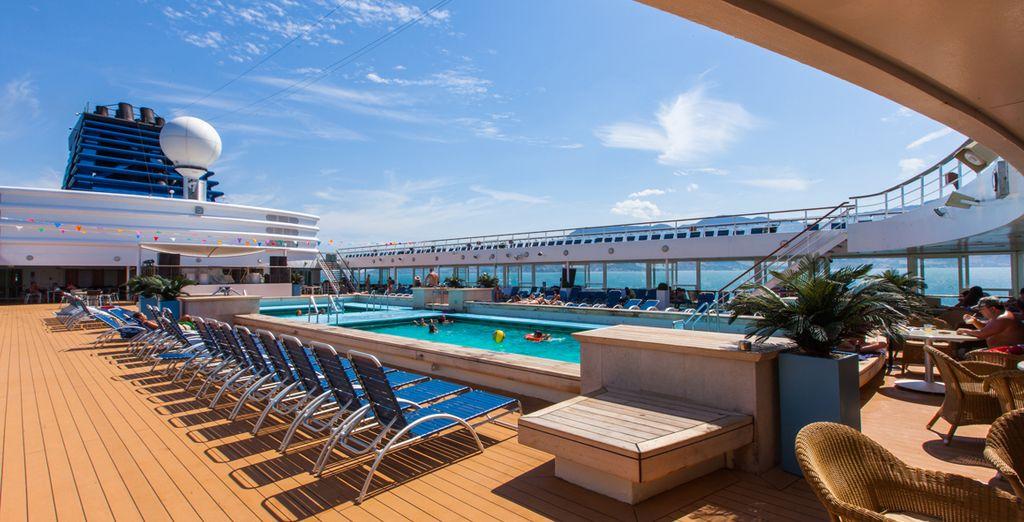 Un bateau Croisières de France tout confort, avec piscine et restauration