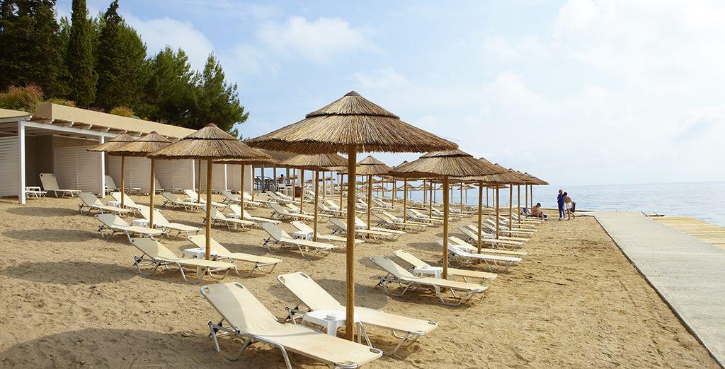 Prélassez-vous au bord de la plage privée...