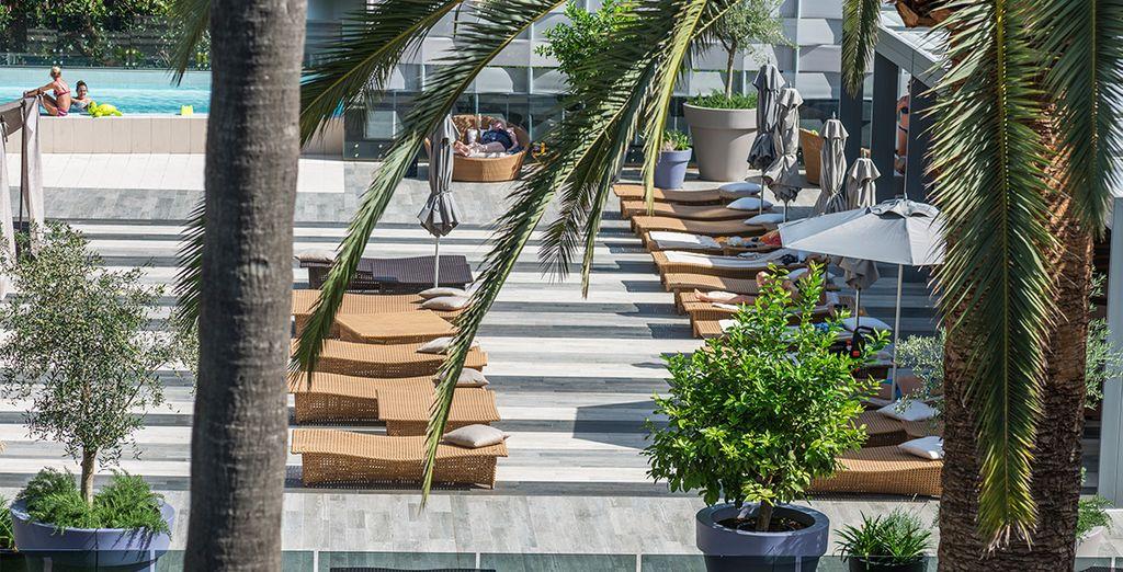 Ou profitez du soleil en terrasse ou au bord de la piscine