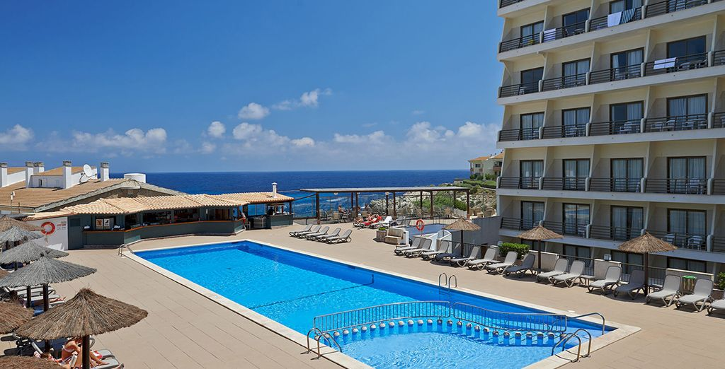 La grande piscine de l'hôtel exercera sur vous un fort pouvoir d'attraction...
