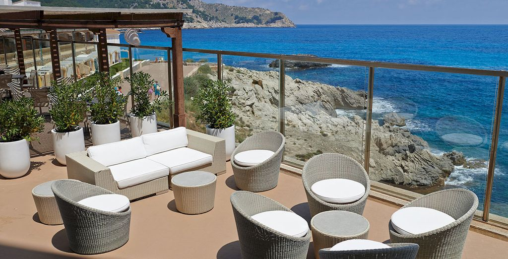 De même que la ravissante terrasse surplombant la mer