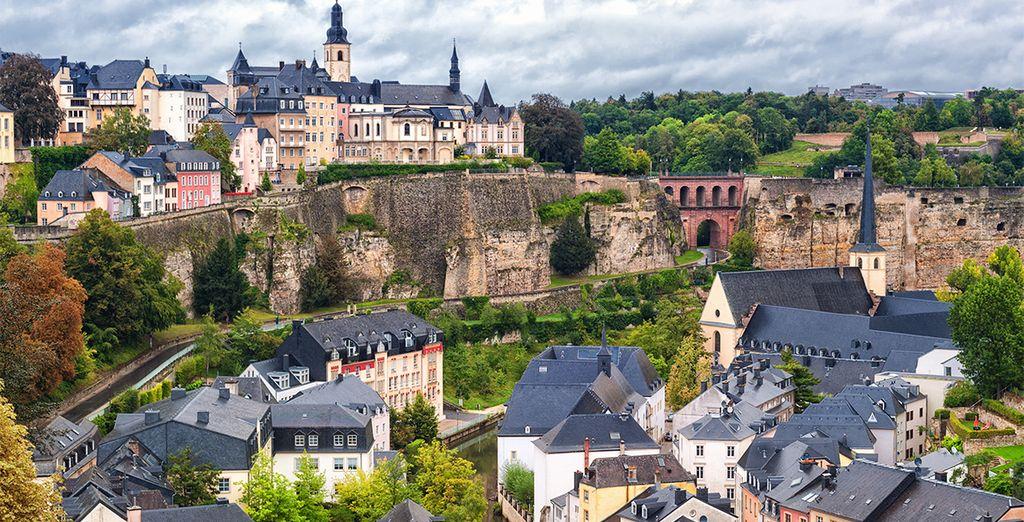 Photographie de la ville de Luxembourg, forêts et montagnes escarpées