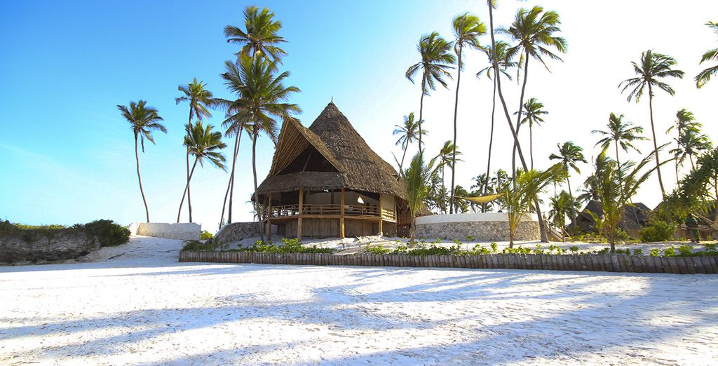 Délicatement posé sur une superbe plage de sable blanc